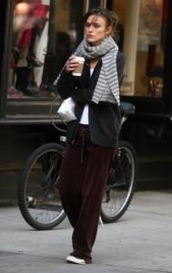 "Un café. Une star. Un Tournage. Keira Knightley dans ""Last Night""."