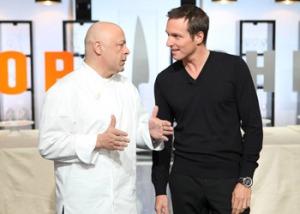 Thieery Marx explique à l'animateur de l'émission, Stéphane Rosenberg, que le prochain candidat qui rate sa sauce hollandaise sera exécuté.