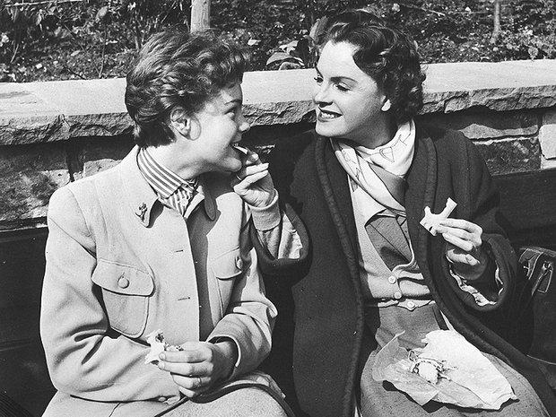 Romy et sa mère en 1953, au tout début de la carrière de la jeune actrice. Cette photo en dit long sur leurs rapports mère-fille : si Magda fait figure d'autorité qui veut tout contrôler, Romy est prête à la mettre au défi et à ne rien lâcher...