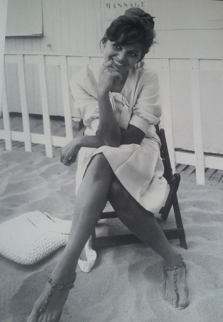 """Claudia Cardinale, les pieds dans le sable à Cannes, 1963, l'année du """"Guépard"""" de Visconti ©Edward Quinn."""