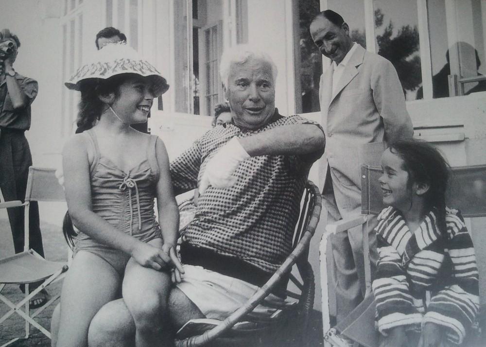 """On ne l'avait jamais vu comme ça.... Charlie Chaplin avec ses deux filles dans sa villa de la Rivirera en 1956. A Cannes, il vient défendre son dernier film, """"Un Roi à New York"""" ©Edward Quinn."""