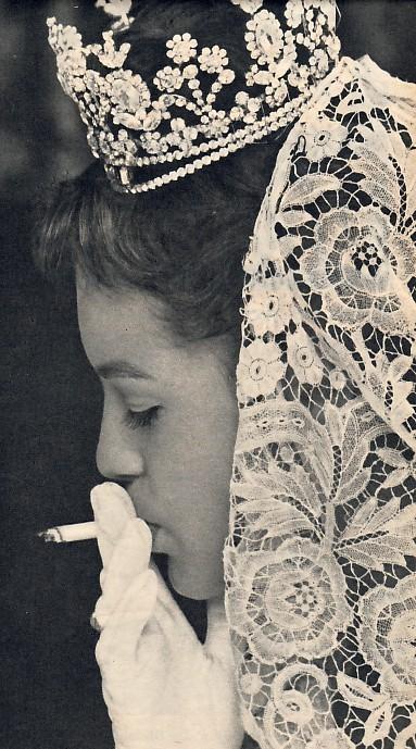 Romy Schneider en pause sur le tournage de Sissi III, à Venise en 1957.