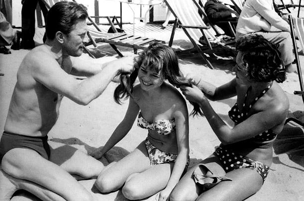 Quand Kirk Douglas fait des tresses à Brigitte Bardot, alors toute jeune adolescente brune et riante...