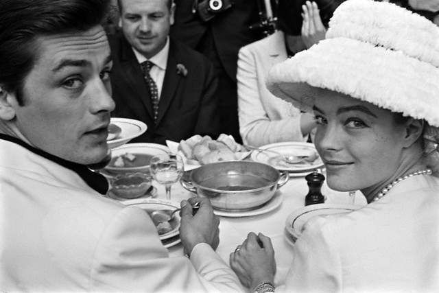 Romy Schneider et Alain Delon au Festival de Cannes de 1962, un déjeuner sous l'œil des photographes...