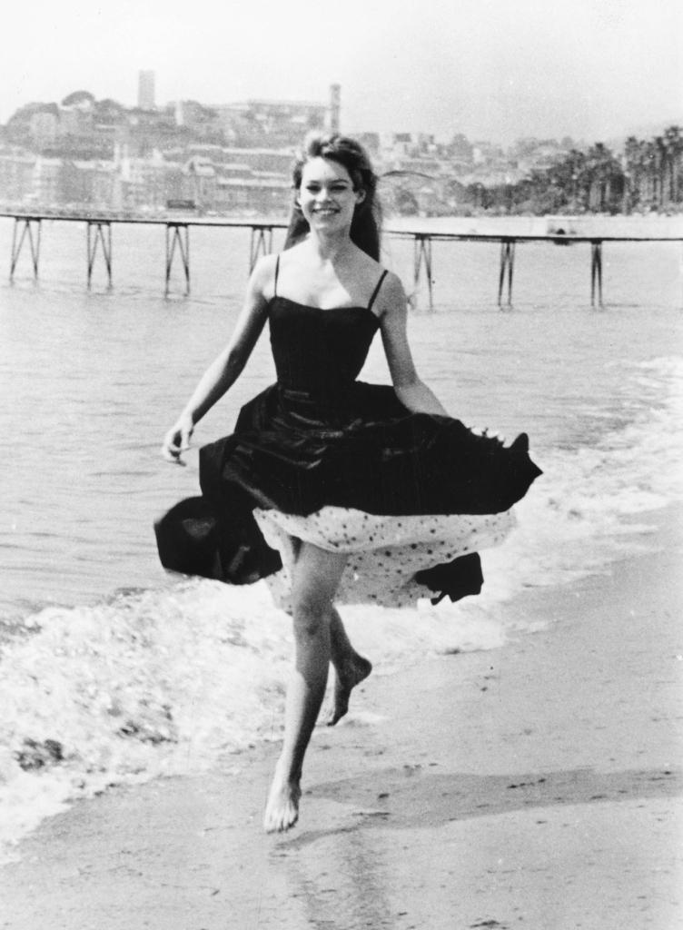 Brigitte Bardot pieds-nus dans l'eau, Festival de Cannes 1956.