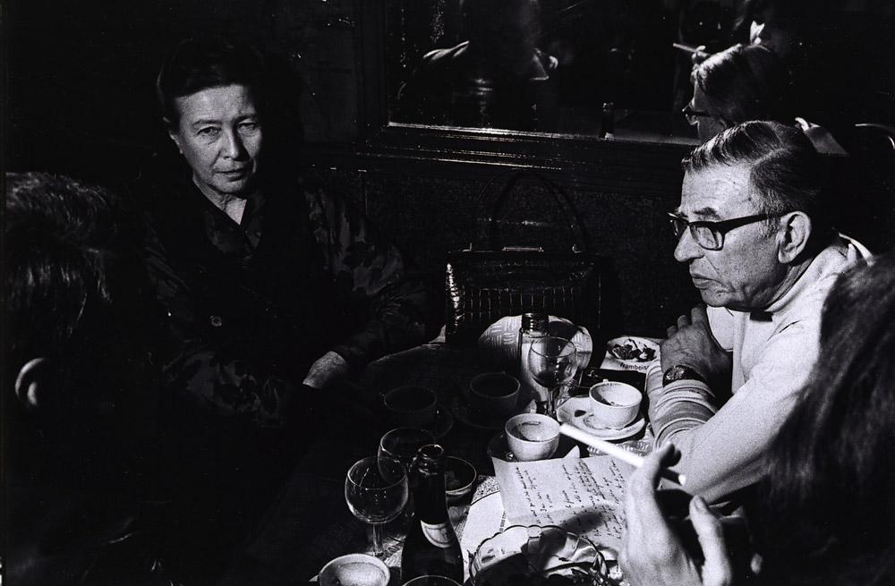 Jean-Paul Sartre le célèbre binoclard... plus qu'un accessoire, porter des hublots est un mode de vie. Même commander le menu au Café Flore devient un acte existentialiste...