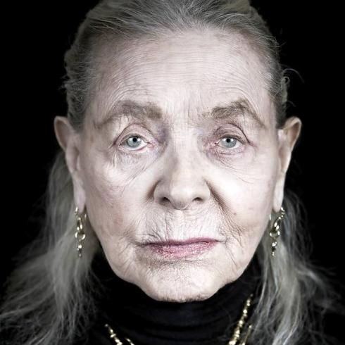 Un portrait sans concession du photographe Andy Gotts en 2011 pour un livre de portraits de stars au profit de bonnes œuvres. Lauren Bacall s'est mise à nu sans pitié et sans lifting. Une fille de 87 ans qui avait encore du cran.