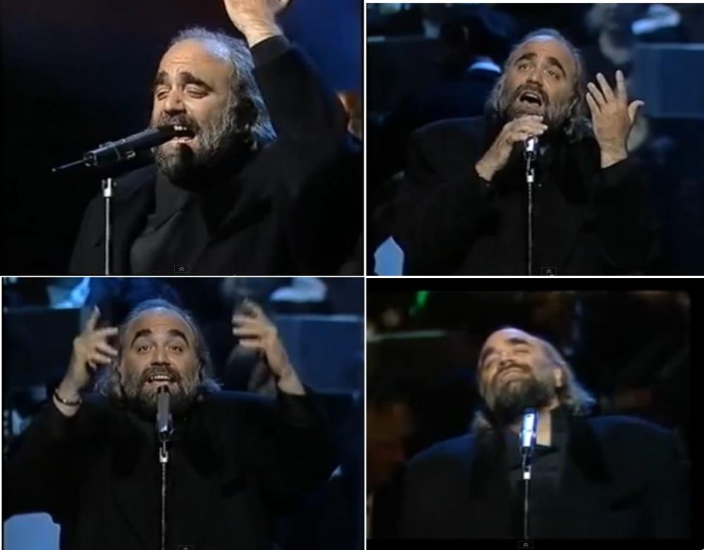 Demis Roussos vivait ses chansons sur scène ainsi que la musique. Il savait jouer de la basse, du piano et de la guitare.