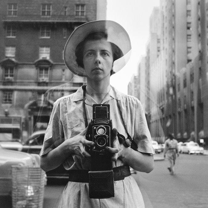 Un des selfies les plus intelligents qui soient. Celui de Vivian Maeir, nounou à plein temps et photographe amateur à ses heures. Cette passionnée fit des milliers de photos de la vie quotidienne dans les années 50-60 à New York. Découverte dans les années 2000, de nombreuses expositions lui ont été consacrées. Dont une à Paris, en 2013.