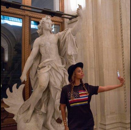 Beyoncé prête à tout pour son image... le Louvre et ses statues deviennent des arrière-plan censé être des faire-valoir
