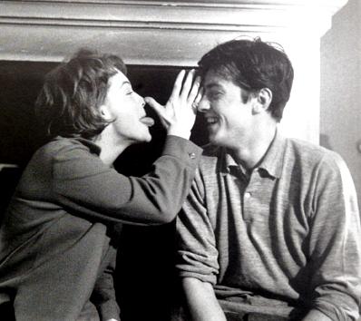 Romy fait la nique à Alain... années 60.