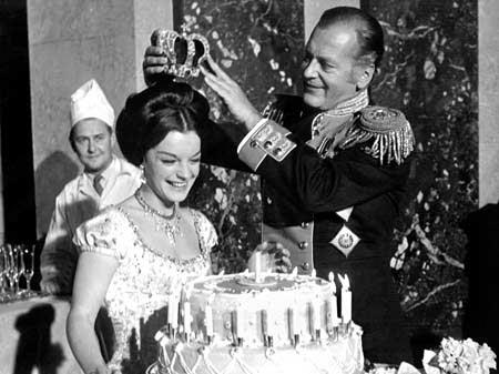 Cürd Jungen couronne son impératrice sans courronne sur le tournage de Katia. Romy a 23 ans et un beau gâteau qui l'attend..