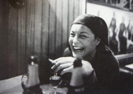 """Rire avec l'énergie du désespoir. Romy à Quiberon, 1981, après la mort de David et de son premier époux. """"J'ai enterré le père, j'ai enterré le fils. Ils ne m'ont jamais quitté et moi non plus je ne les ai jamais quitté ni l'un ni l'autre""""."""