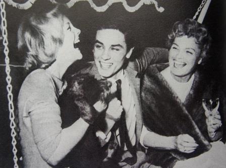 Alain Delon pris entre deux teutonnes... Mère, fille et gendre pour les fiançailles officielles orchestrées en Suisse. Lugano, 1959.