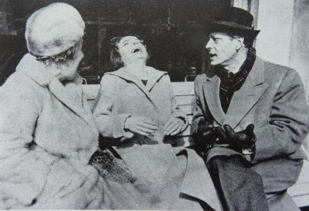Romy entre ses deux parents réunis. Une image rarissime. Tournage du Cardinal, 1963.