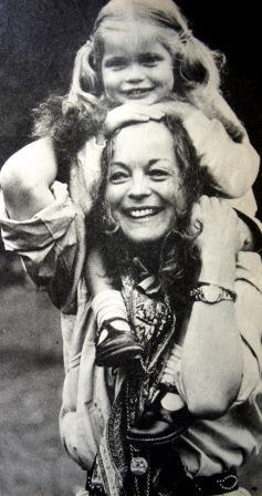Romy et Sarah... dans Paris Match, 1982. Continuer à vivre et à rire, pour sa fille.