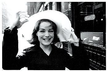 Mlle Chapman et son chapeau qui s'envole... années 1966. Tournage de Triple Cross.