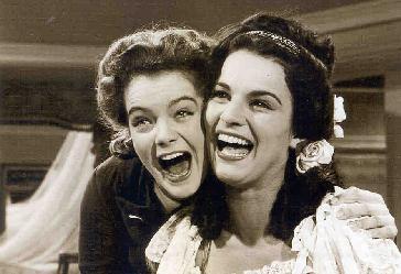 """Les facèties de Sissi... Romy et Uta Franztsur le tournage de """"Sissi I"""", 1955."""