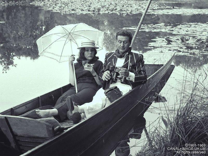 Draguer Emma Peel ? Oui mais, dans une barque sur un étang paisible avec canotier et champagne...