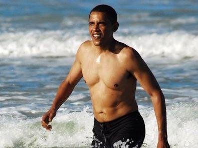 Parcours sans faute. En maillot de bain sortant de l'eau telle une Ursula Andress dans James Bond, Barack est parfait !